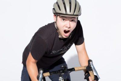 自転車に乗って叫びながら走る