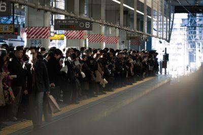 社畜サラリーマンが駅のホームに溢れる通勤ラッシュ