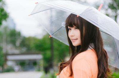 雨の日に傘をさす美女